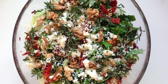 Cevizli, tulum peynirli, kuru domates ve taze kekikli salata